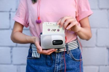 Jente holder kassettspiller